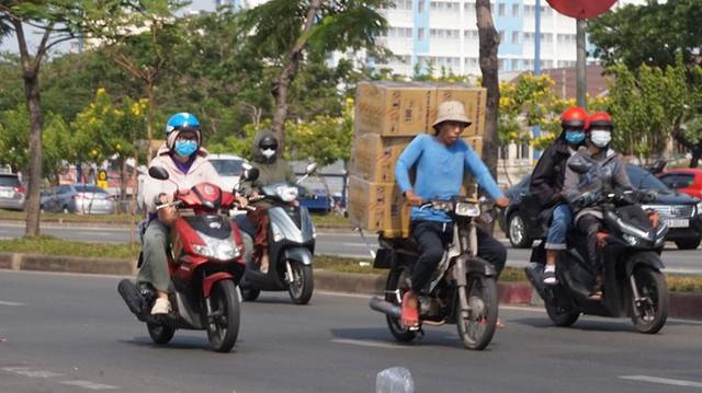 Xe cà tàng chở hàng cồng kềnh phóng ào ào trên đường phố - Ảnh 5.
