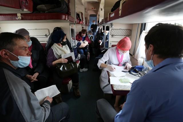 Cận cảnh tiêm phòng vắc-xin Covid-19 trên tàu ở Nga - Ảnh 6.