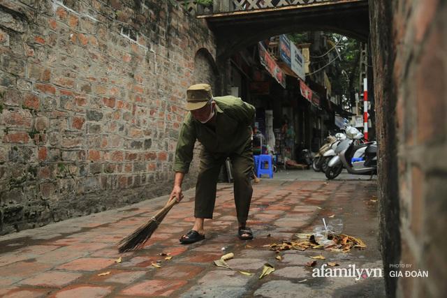 Người đàn ông gần 20 năm canh giữ cửa ô cuối cùng của Hà Nội: Lương chẳng bao nhiêu, áp lực đủ điều nhưng duyên nợ là thứ đứng trên tiền bạc - Ảnh 6.