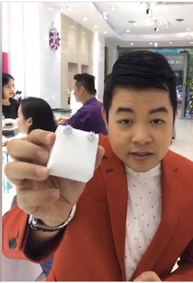 Quang Lê tuổi 42: Từng bán nhẫn kim cương 2 tỷ đồng để làm liveshow, chơi lớn chụp ảnh với đống tiền, rao bán nhà bạc tỷ vì không dùng đến - Ảnh 6.
