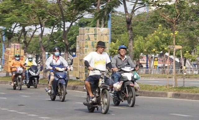 Xe cà tàng chở hàng cồng kềnh phóng ào ào trên đường phố - Ảnh 6.