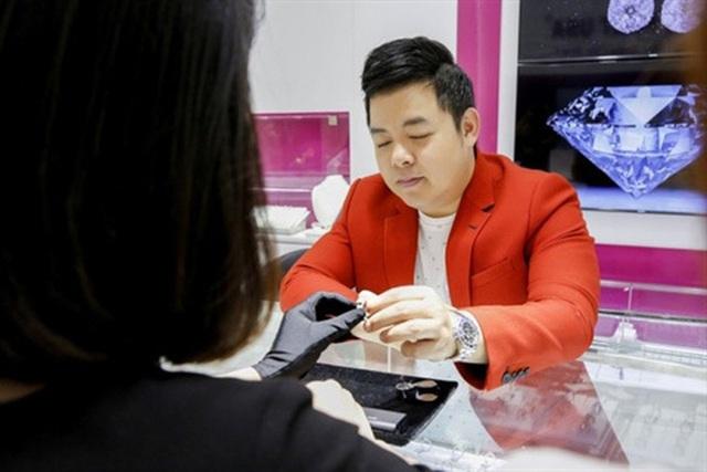 Quang Lê tuổi 42: Từng bán nhẫn kim cương 2 tỷ đồng để làm liveshow, chơi lớn chụp ảnh với đống tiền, rao bán nhà bạc tỷ vì không dùng đến - Ảnh 7.