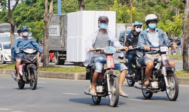 Xe cà tàng chở hàng cồng kềnh phóng ào ào trên đường phố - Ảnh 7.