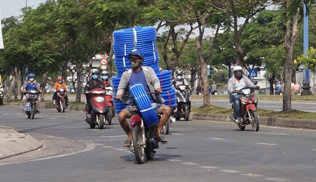 Xe cà tàng chở hàng cồng kềnh phóng ào ào trên đường phố - Ảnh 8.