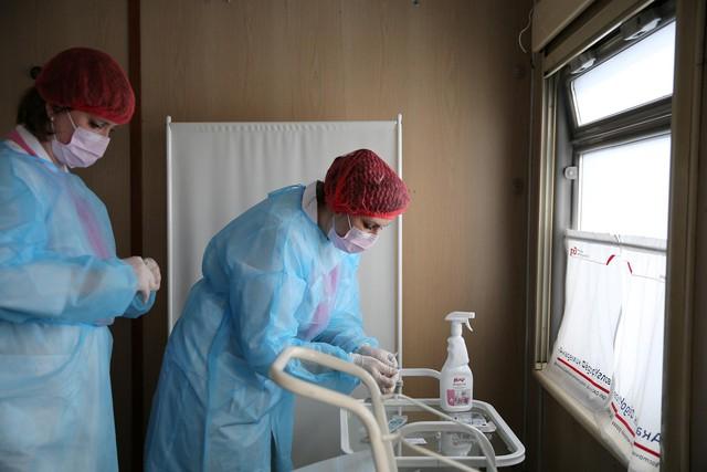 Cận cảnh tiêm phòng vắc-xin Covid-19 trên tàu ở Nga - Ảnh 10.