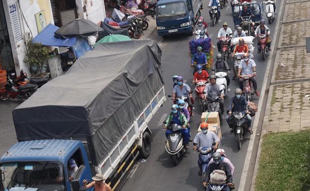 Xe cà tàng chở hàng cồng kềnh phóng ào ào trên đường phố - Ảnh 10.