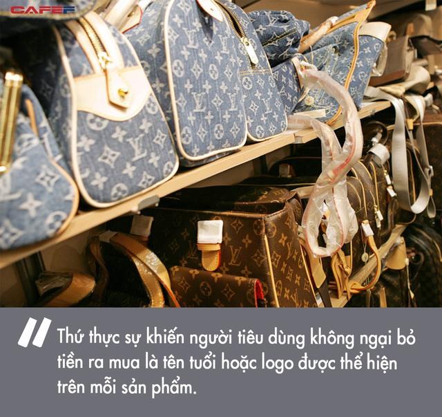 Bỏ ra cả đống tiền để sắm túi Chanel hay áo Gucci, rốt cuộc chúng ta đang mua cái gì từ các thương hiệu xa xỉ? - Ảnh 2.