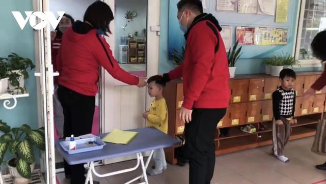 Hơn 2 triệu học sinh Hà Nội trở lại trường trong điều kiện phòng dịch được siết chặt - Ảnh 1.