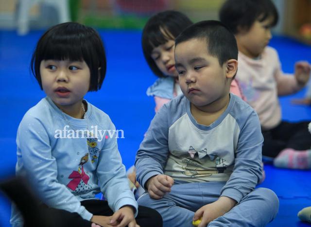 Vừa buồn cười vừa thương khi xem loạt ảnh trẻ mầm non khóc mếu, dỗi ra mặt trong ngày đầu đi học lại: Đang yên đang lành lại bắt dậy sớm! - Ảnh 11.