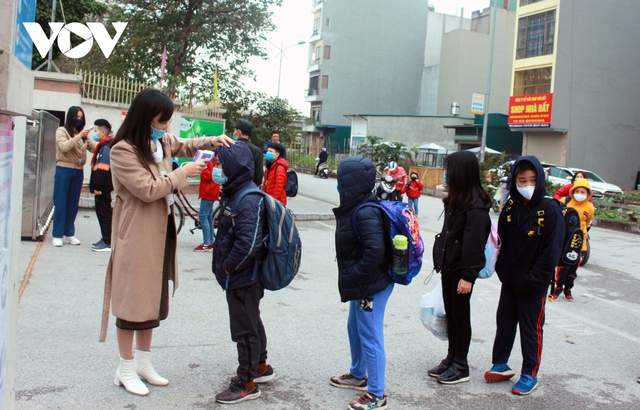 Hơn 2 triệu học sinh Hà Nội trở lại trường trong điều kiện phòng dịch được siết chặt - Ảnh 4.