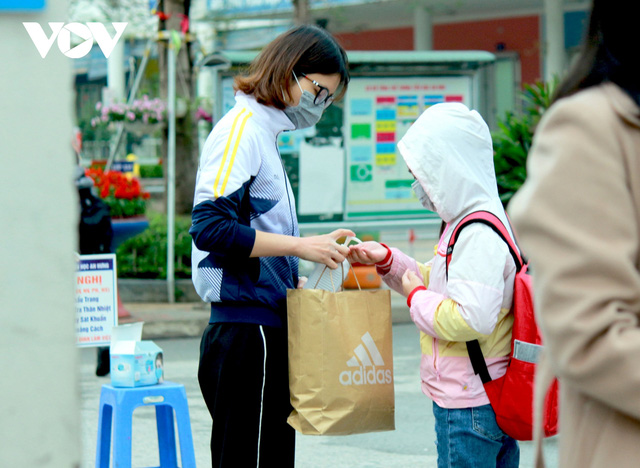 Hơn 2 triệu học sinh Hà Nội trở lại trường trong điều kiện phòng dịch được siết chặt - Ảnh 6.