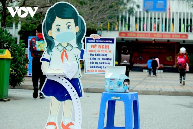 Hơn 2 triệu học sinh Hà Nội trở lại trường trong điều kiện phòng dịch được siết chặt - Ảnh 7.