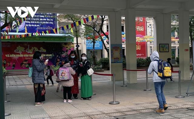 Hơn 2 triệu học sinh Hà Nội trở lại trường trong điều kiện phòng dịch được siết chặt - Ảnh 8.
