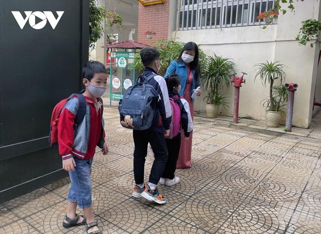 Hơn 2 triệu học sinh Hà Nội trở lại trường trong điều kiện phòng dịch được siết chặt - Ảnh 9.