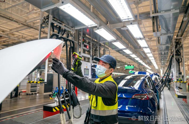 Bên trong siêu nhà máy Tesla Thượng Hải: Chủ tịch ngồi cạnh dây chuyền sản xuất, mọi thứ tự động hóa tối đa, dấu vết từng con ốc đều có thể truy xuất - Ảnh 10.