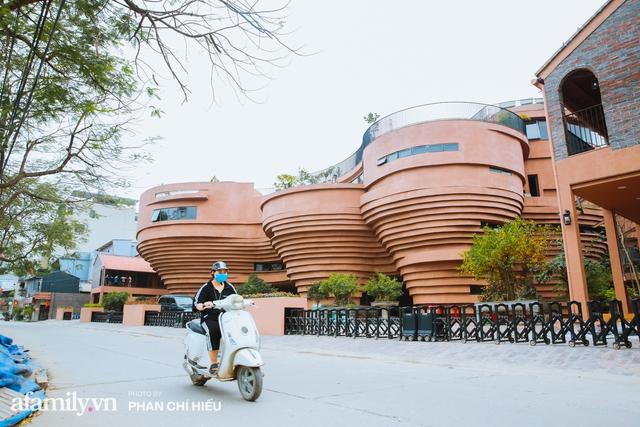 Làng cổ Bát Tràng xuất hiện công trình cực hấp dẫn giống những chiếc bàn xoay khổng lồ, chuẩn bị trở thành điểm du lịch siêu hot vào mùa Hè này - Ảnh 2.