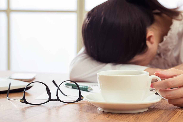 Cảm thấy kiệt sức? Đây là những thói quen làm tiêu hao năng lượng mọi người nên tránh ngay - Ảnh 1.