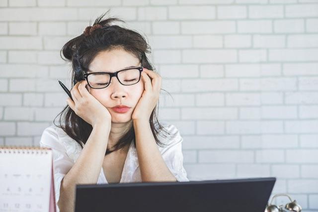 Cảm thấy kiệt sức? Đây là những thói quen làm tiêu hao năng lượng mọi người nên tránh ngay - Ảnh 2.