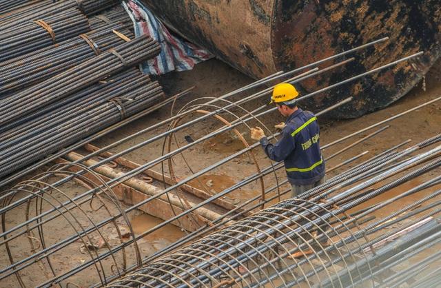 CLIP: Hàng trăm công nhân hối hả xây cầu Vĩnh Tuy 2 mức đầu tư 2.538 tỉ đồng  - Ảnh 12.