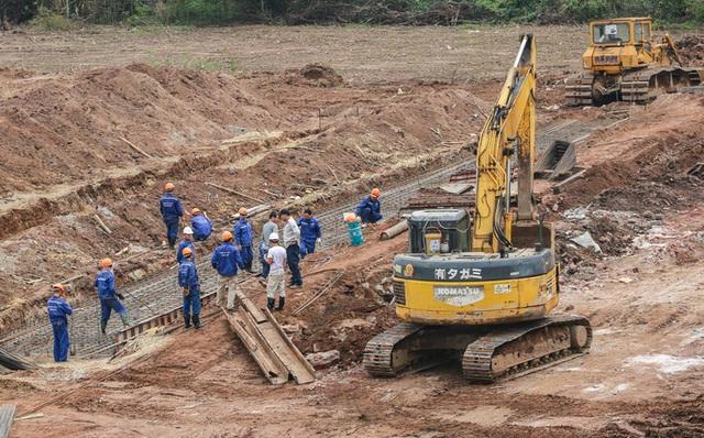 CLIP: Hàng trăm công nhân hối hả xây cầu Vĩnh Tuy 2 mức đầu tư 2.538 tỉ đồng  - Ảnh 6.