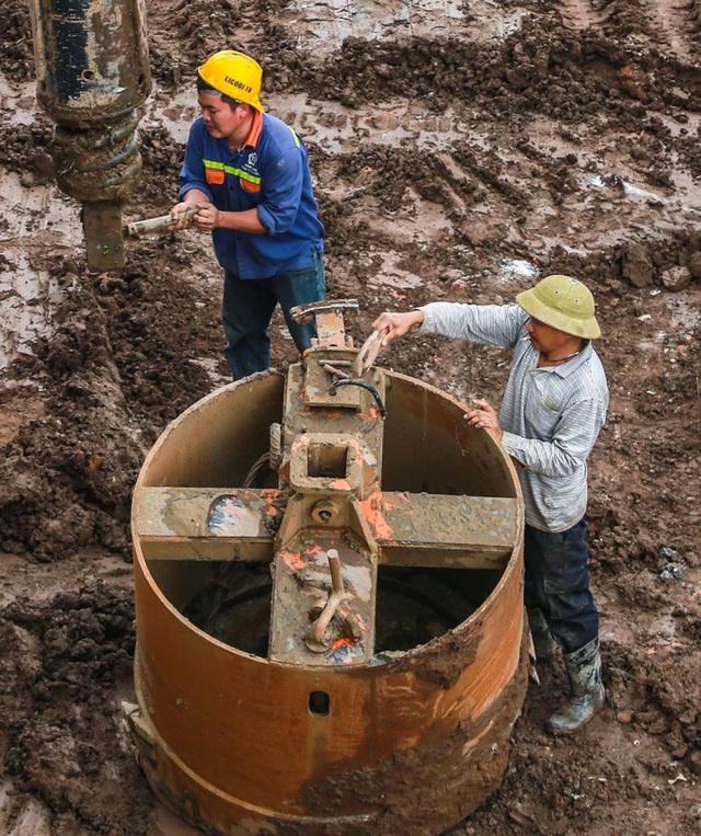 CLIP: Hàng trăm công nhân hối hả xây cầu Vĩnh Tuy 2 mức đầu tư 2.538 tỉ đồng  - Ảnh 7.