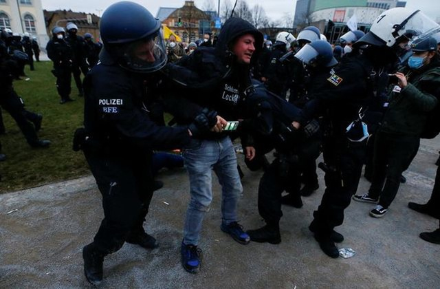 Covid-19: Hoảng với cảnh biểu tình phản đối phong tỏa ở Đức, Anh  - Ảnh 6.