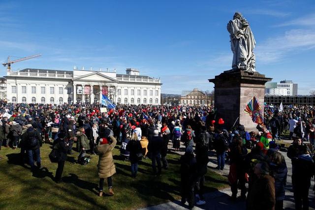 Covid-19: Hoảng với cảnh biểu tình phản đối phong tỏa ở Đức, Anh  - Ảnh 7.