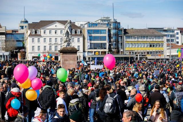 Covid-19: Hoảng với cảnh biểu tình phản đối phong tỏa ở Đức, Anh  - Ảnh 8.