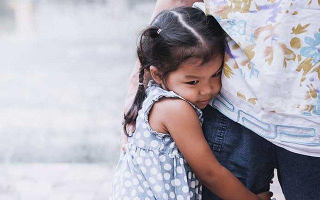 Làm cha mẹ, nếu chỉ mải kiếm tiền mà bỏ mặc 5 thói quen xấu  ảnh hưởng con trẻ này thì sớm muộn cũng hối hận: Ăn ngon, mặc đẹp, học trường sang cũng chẳng lại!  - Ảnh 1.