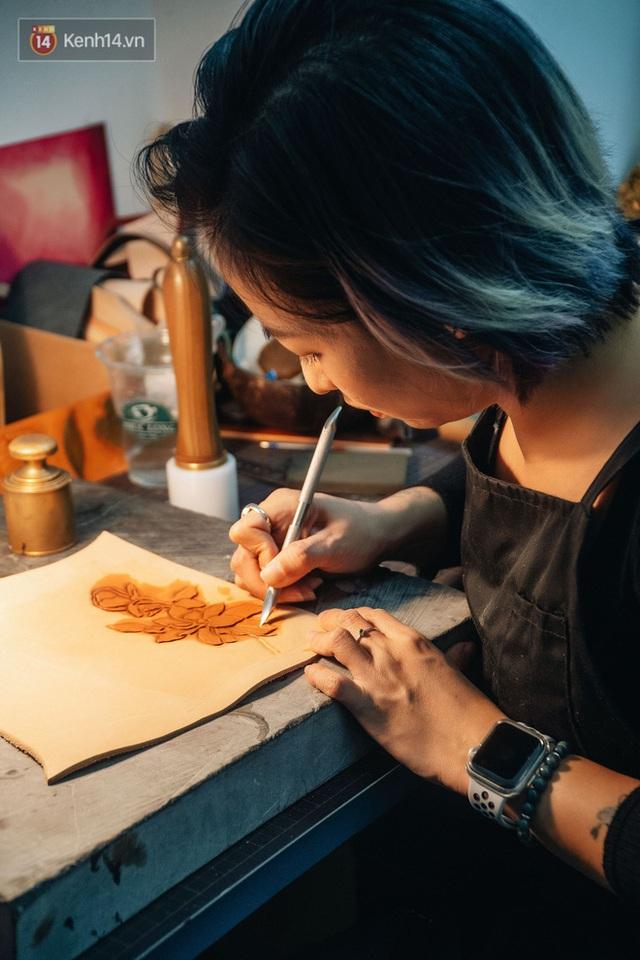 Bỏ công việc thiết kế, cô gái Hà Nội bắt đầu sự nghiệp điêu khắc kỳ lạ từ... miếng da vụn được cho - Ảnh 14.