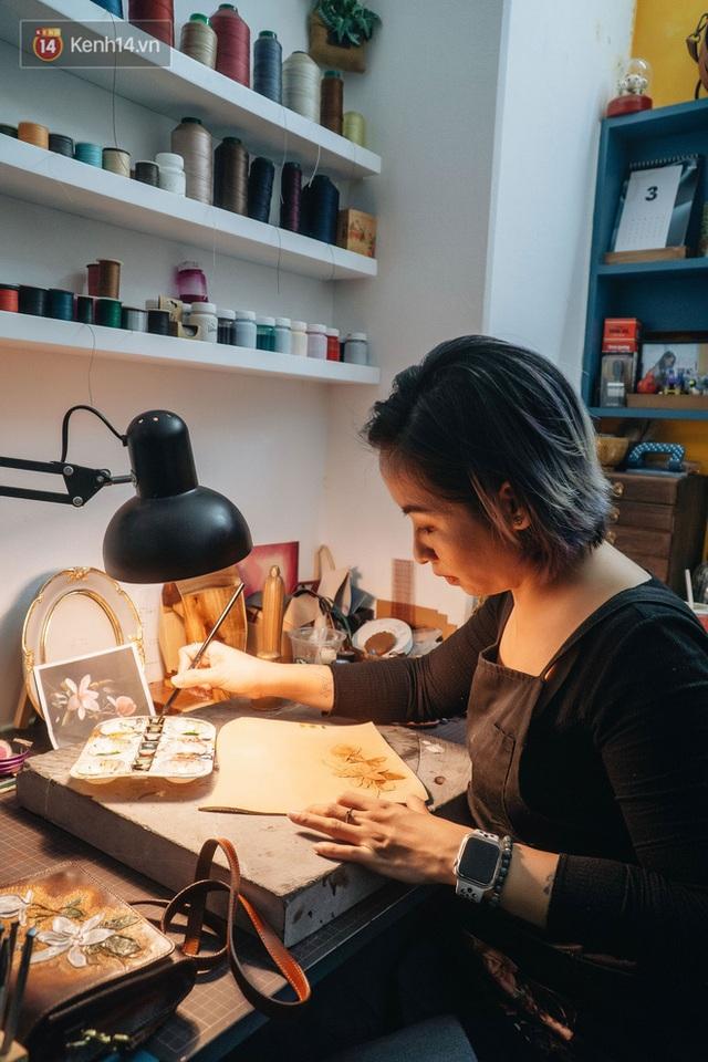 Bỏ công việc thiết kế, cô gái Hà Nội bắt đầu sự nghiệp điêu khắc kỳ lạ từ... miếng da vụn được cho - Ảnh 18.
