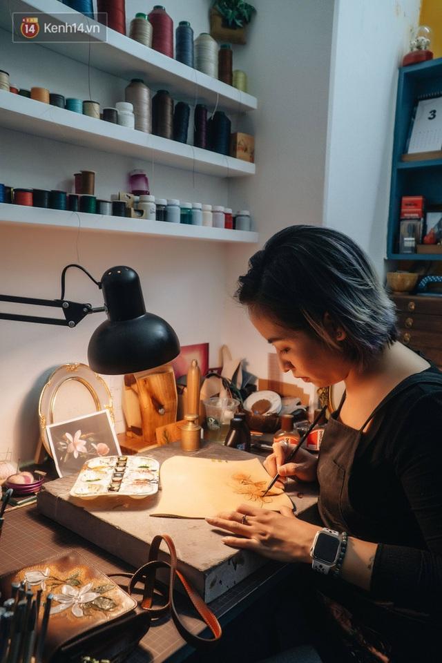 Bỏ công việc thiết kế, cô gái Hà Nội bắt đầu sự nghiệp điêu khắc kỳ lạ từ... miếng da vụn được cho - Ảnh 19.