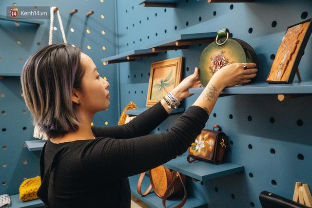 Bỏ công việc thiết kế, cô gái Hà Nội bắt đầu sự nghiệp điêu khắc kỳ lạ từ... miếng da vụn được cho - Ảnh 25.