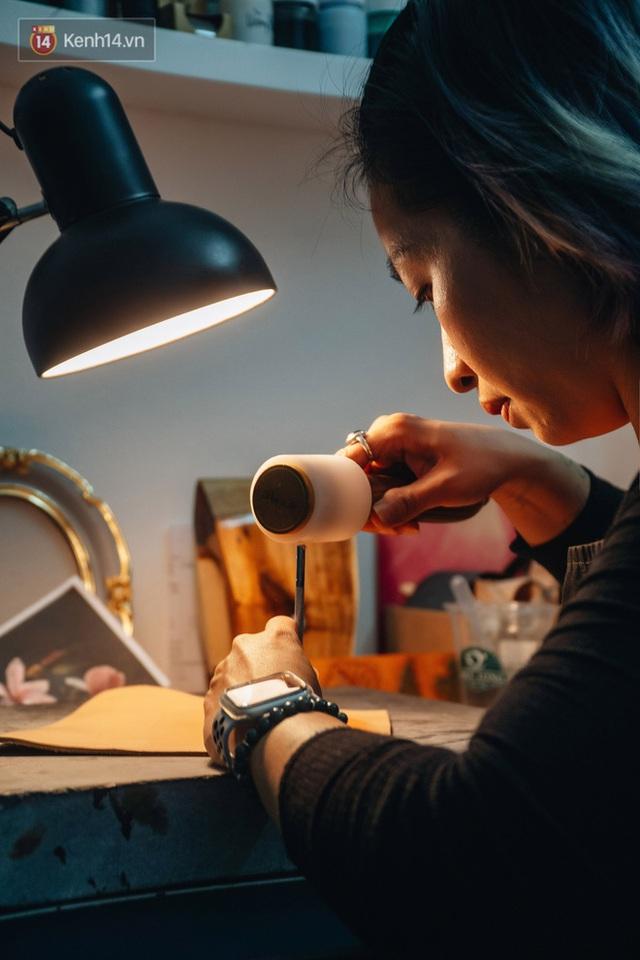 Bỏ công việc thiết kế, cô gái Hà Nội bắt đầu sự nghiệp điêu khắc kỳ lạ từ... miếng da vụn được cho - Ảnh 9.
