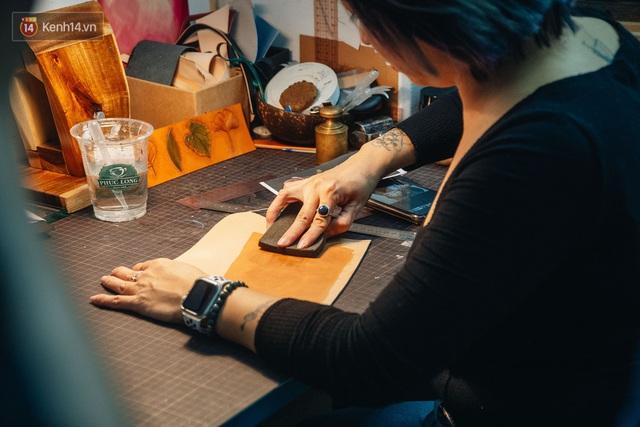 Bỏ công việc thiết kế, cô gái Hà Nội bắt đầu sự nghiệp điêu khắc kỳ lạ từ... miếng da vụn được cho - Ảnh 10.