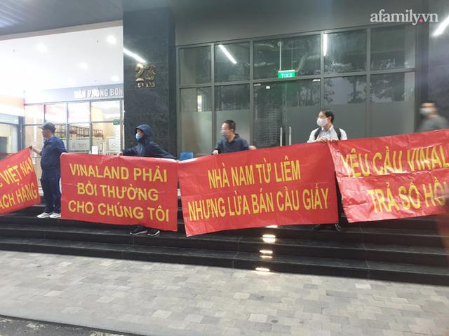 Hy hữu ở Hà Nội: Mua chung cư quận Cầu Giấy lại nhầm thành Nam Từ Liêm, chủ đầu tư im bặt, hàng trăm cư dân căng băng rôn yêu cầu đối thoại - Ảnh 1.