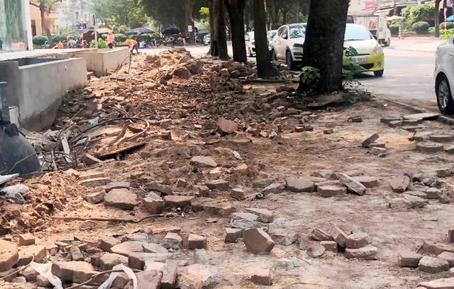 Cả nghìn mét vuông vỉa hè quận Hoàng Mai bị đào xới không phép - Ảnh 1.