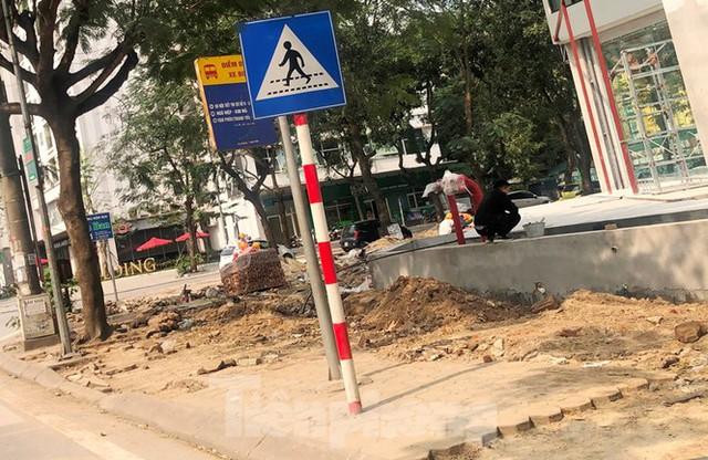 Cả nghìn mét vuông vỉa hè quận Hoàng Mai bị đào xới không phép - Ảnh 7.