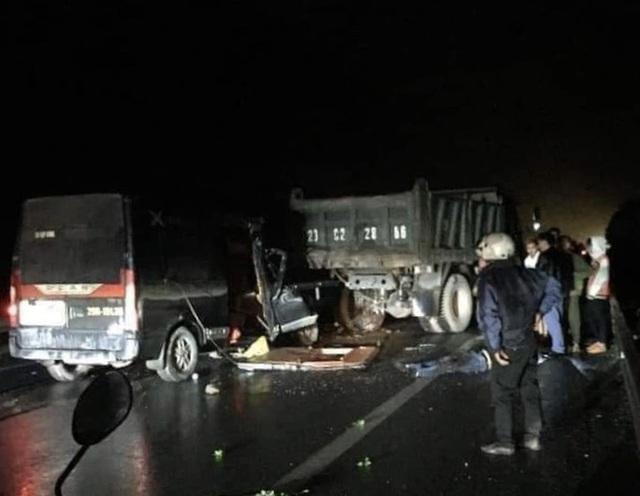 Xe Limousine tông xe tải khiến 3 người chết, 2 người bị thương  - Ảnh 1.
