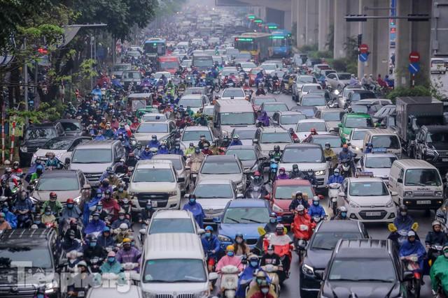 Trời chuyển mưa phùn, đường phố Hà Nội đông nghẹt nhiều giờ  - Ảnh 2.