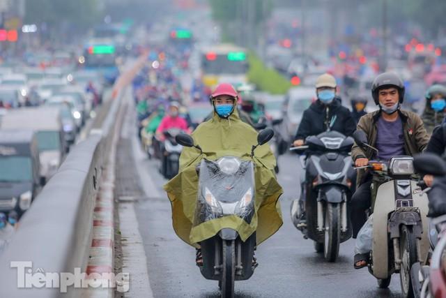 Trời chuyển mưa phùn, đường phố Hà Nội đông nghẹt nhiều giờ  - Ảnh 11.
