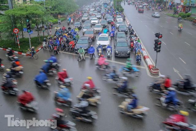 Trời chuyển mưa phùn, đường phố Hà Nội đông nghẹt nhiều giờ  - Ảnh 12.