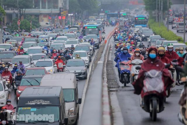 Trời chuyển mưa phùn, đường phố Hà Nội đông nghẹt nhiều giờ  - Ảnh 3.