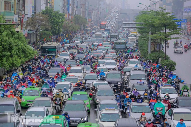 Trời chuyển mưa phùn, đường phố Hà Nội đông nghẹt nhiều giờ  - Ảnh 4.