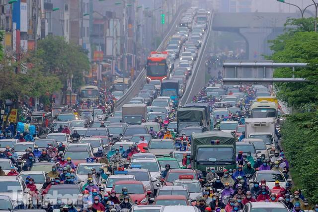 Trời chuyển mưa phùn, đường phố Hà Nội đông nghẹt nhiều giờ  - Ảnh 5.