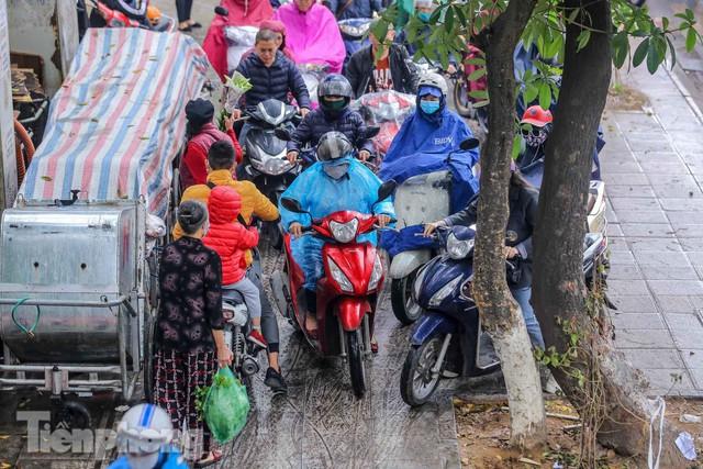 Trời chuyển mưa phùn, đường phố Hà Nội đông nghẹt nhiều giờ  - Ảnh 6.