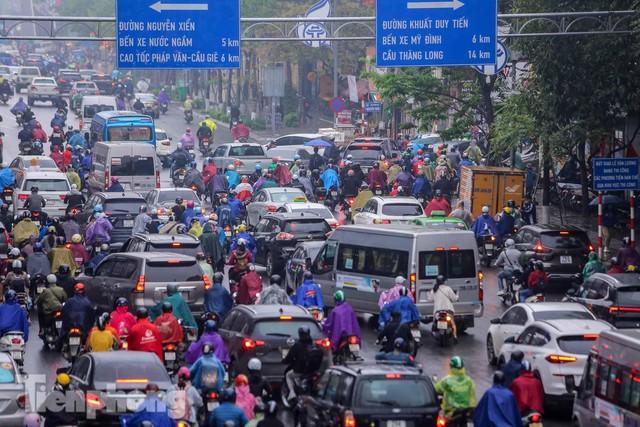 Trời chuyển mưa phùn, đường phố Hà Nội đông nghẹt nhiều giờ  - Ảnh 7.