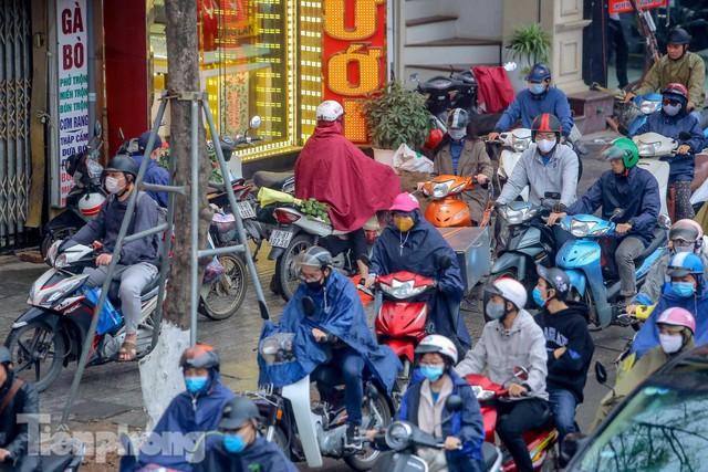 Trời chuyển mưa phùn, đường phố Hà Nội đông nghẹt nhiều giờ  - Ảnh 8.