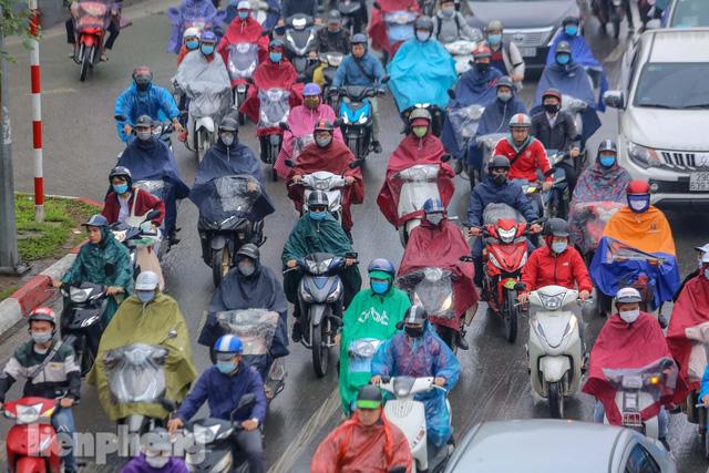 Trời chuyển mưa phùn, đường phố Hà Nội đông nghẹt nhiều giờ  - Ảnh 9.