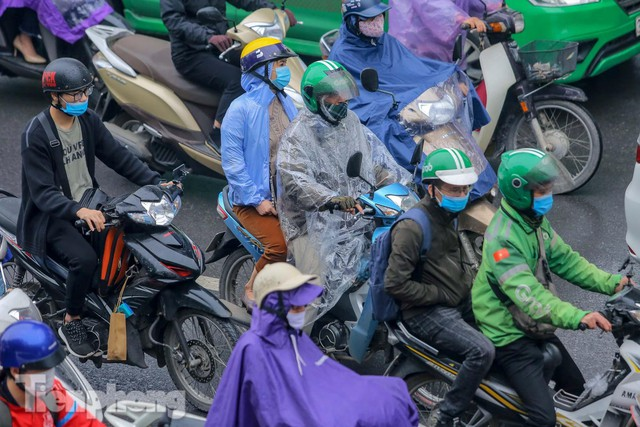Trời chuyển mưa phùn, đường phố Hà Nội đông nghẹt nhiều giờ  - Ảnh 10.